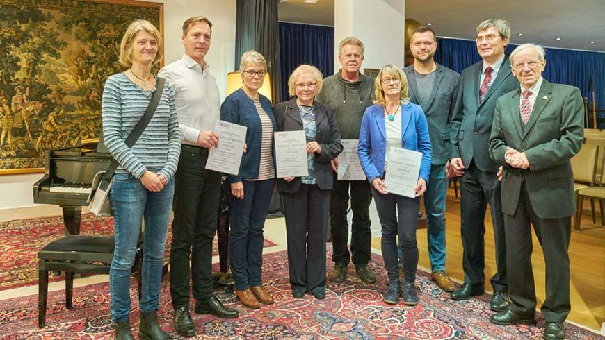 (von rechts) Altgroßmeister Br. Klaus Horneffer, Br. Kai-Uwe Scherer und die Spendenempfänger im Logenhaus Stuttgart nach der Übergabe der Spendenurkunden.