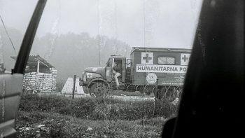 Am UN-Checkpoint zwischen Kroaten und Serben unterwegs nach Bihac war Fotografieren verboten. Der Hanomag Lkw war mit Panzerglas ausgestattet. In den Türen Polykarbonat zum Schutz vor Splittern.