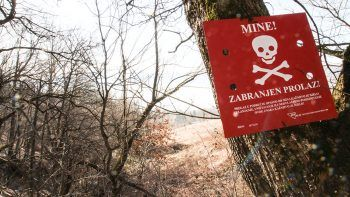 Der Weg der Flüchtlinge nach Europa führt an Minenfeldern vorbei, oder mitten durch. Wer weiß das schon? Sie kennen sich hier nicht aus. Es ist ein Spiel. Mit der kroatischen Polizei und dem Leben.