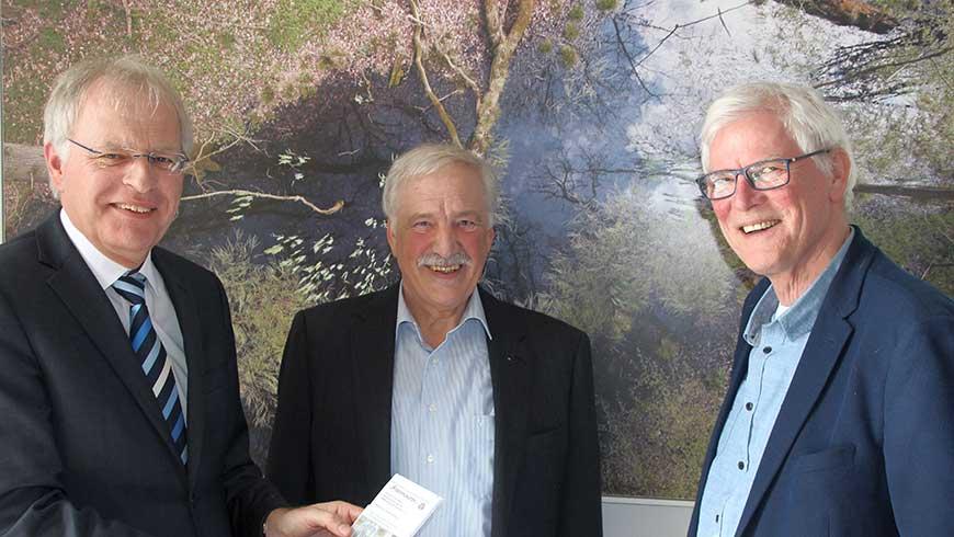 Landrat Reinhard Sager, Hans-Peter Kirscht und Uwe Muchow von der Freimaurerloge (v. lks.)