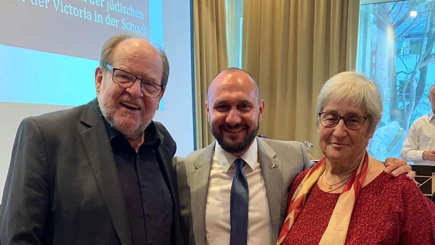 Kenan Yilmaz (mittig, MvSt. der Loge Victoria) mit Ulrich Schürmann (evangelischer Vorsitzender der GCJZ) und Jael Botsch-Fitterling (jüdische Vorsitzende der GCJZ)