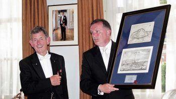 Miel von Wolzogen Kühr (v.l.n.r.) und Martin Marx bei der Übergabe des Gastgeschenkes