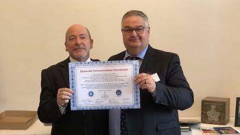 Dominique Freymond von der Großloge der Schweiz und Thomas Forwe, Meister der Forschungsloge unterzeichnen die Freundschaftscharta