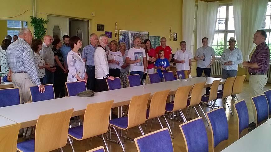 Martin Marx (rechts) begrüßt die ersten Besucher des Sommerfestes im Wetzlarer Logenhaus. Foto: Klimaschewski
