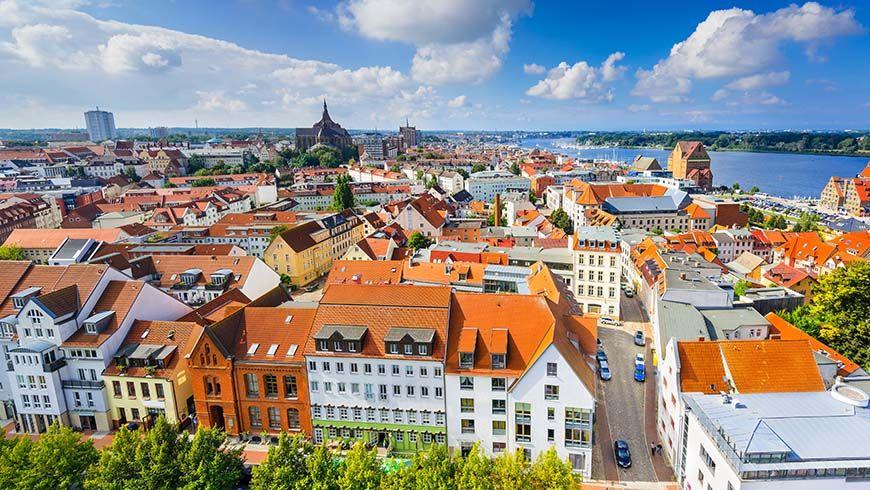 Blick auf die Hansestadt Rostock  © SeanPavonePhoto / Adobe Stock