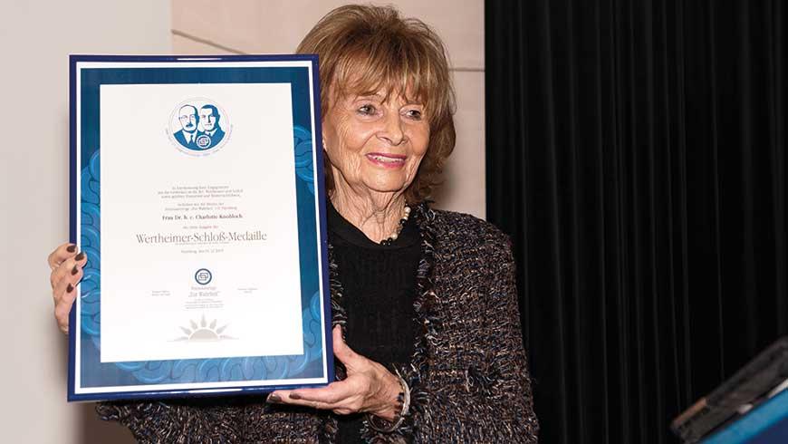 Dr. Charlotte Knobloch mit der Verleihungsurkunde