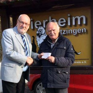 von links nach rechts Br. Heinz Menninga, Sekretär der Loge und der 1. Vorsitzende des Kitzinger Tierheimes Dr. Gerd Menche