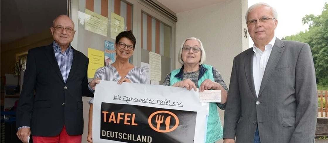 v.li. Hartmut Silinski (Schatzmeister der Loge), Anja Hasse, Renate Weede (Vorsitzende der Pyrmonter Tafel) und Andreas Jungnik (Vorsitzender und MvSt. der Pyrmonter Loge).