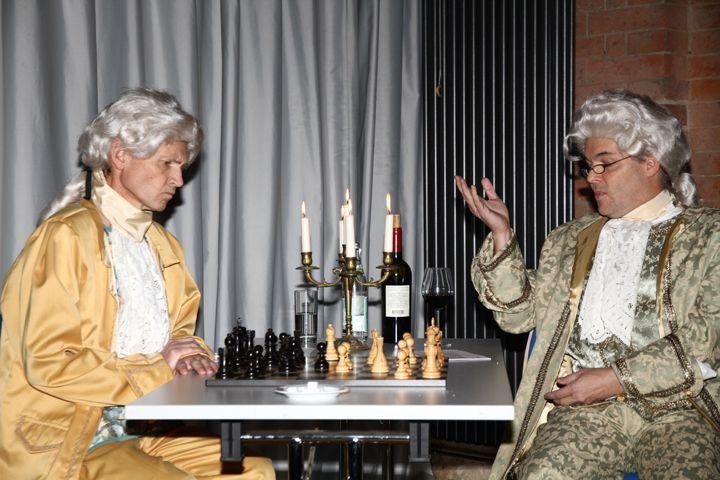 """Das Foto zeigt die """"Burgschauspieler"""" Klaus Klement und Christian Wölfl in Ingolstadt"""