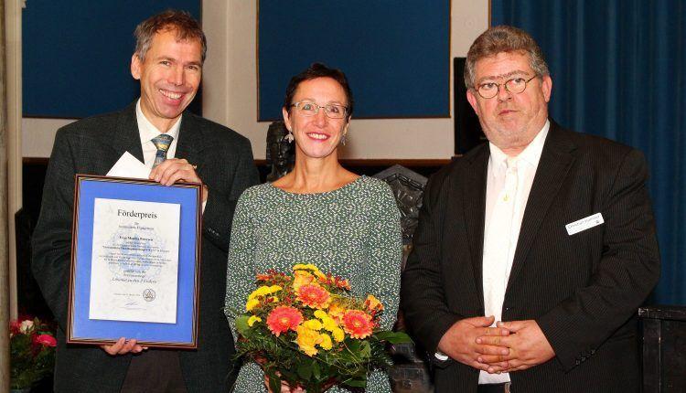 Preisverleihung ohne die terminlich verhinderte Preisträgering Monika Petersen: Dr. Michael Schöttler, Dr. Elisabeth Preuß und MvSt Prof. Christian Hamsea (von links)
